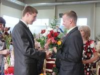 Skolēnu un kolēģu ziedi skolotājam Jānim Ikstenam