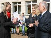 Izglītības fonda un Latvijas Avīze apsveikums Laurai Priekulei